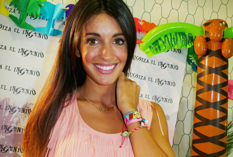 Noelia López posa con las pulseras y collar de Agudiza el Ingenio en su evento de presentación de firma de moda