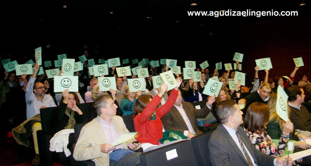"""Detalle característico de los II Premios Andalucía Emprende en Sevilla """"Una carita sonriente"""" este año el público también participaba como Jurado alzando su voto de esta forma"""