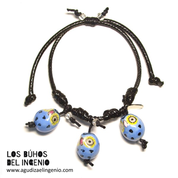 """Pulsera """"Los Búhos del Ingenio"""" tres búhos azules, cordón negro"""